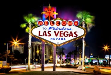 las-vegas-sign-at-night-596570141-592d94915f9b585950c6effa